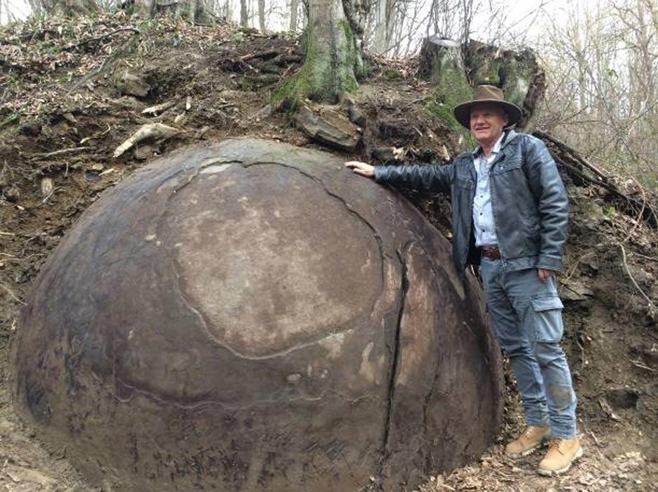 Giant-Stone-Sphere.jpg - 130,59 kB